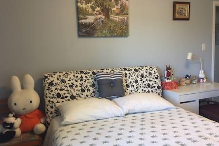 Bright  and warm bedroom - 马克汉姆(Markham) - 连栋住宅