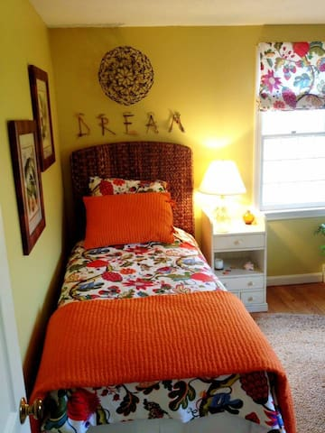 Small, private room in Cape Code Home