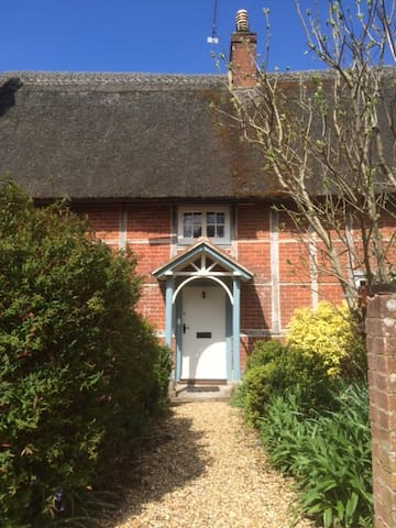Double Bedroom in Grade 2 Cottage - Gussage All Saints - House