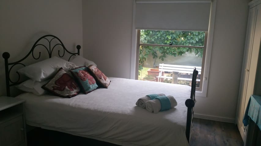 Charming Studio Apartment Close Beach & Transport - North Manly