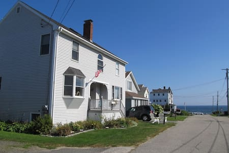 Spacious home steps from Higgins Beach