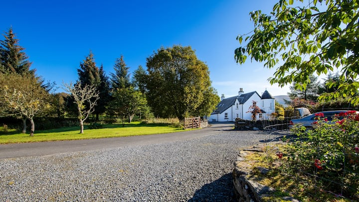 Beautiful Country House with loch shore & fishing