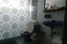 Baño con agua caliente e implementos de aseo.