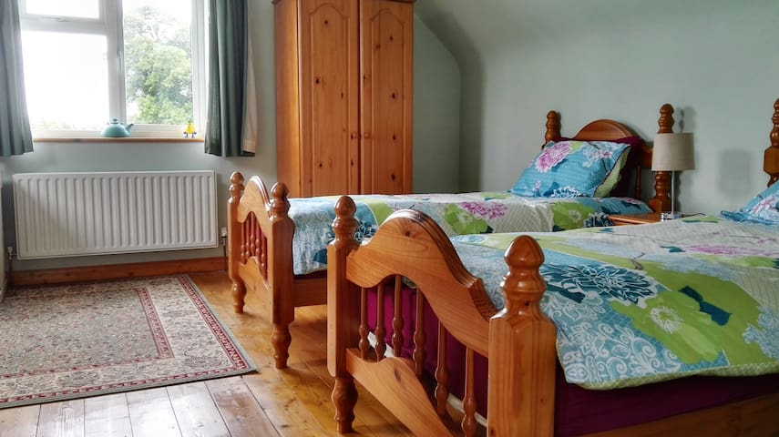 Ensuite Twin Room close to Lough Arrow - Castlebaldwin - บังกะโล