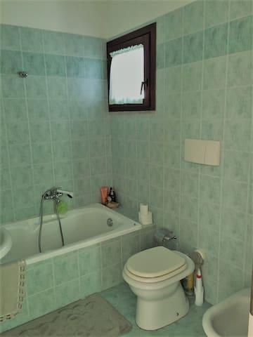 Bagno con vasca - Bath with tub