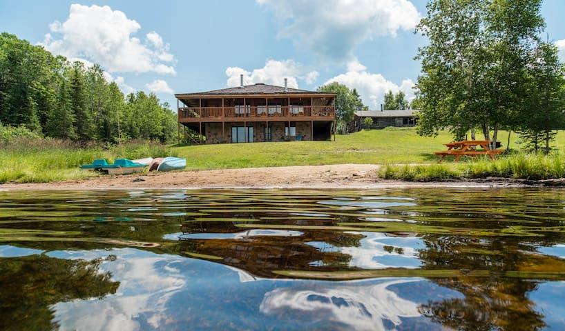 Large Luxury 3000+ sq ft Lakeside Muskoka Log Home