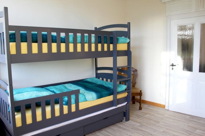 Schlafzimmer 2 mit Etagenbett und ausziehbarem Zusatzbett