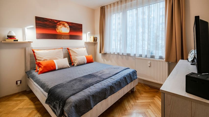 King size bed, with zone control pressure relieving  mattress, Organic soft texture sheet. Large HD TV include FREE NETFLIX,Apple TV,. Amazon prime Wireless charging station with usb port. Alrm clock with radio Multifunction  lamp with sleep mode.
