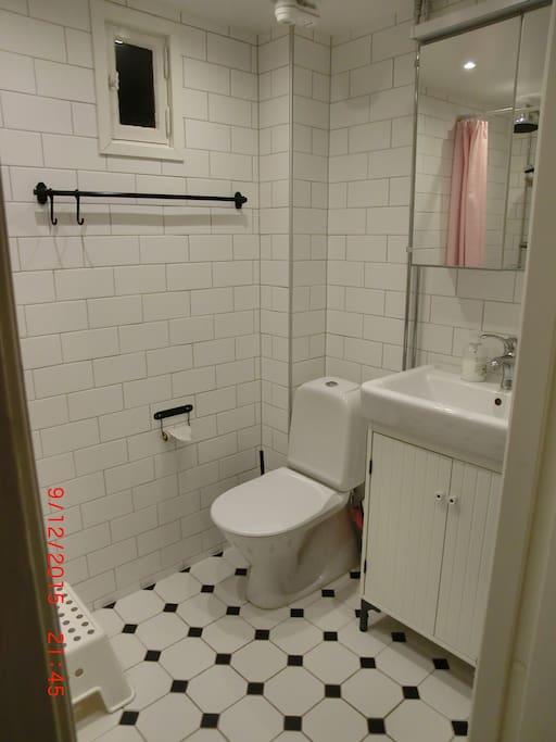 Badrum med duschhörna och golvvärme