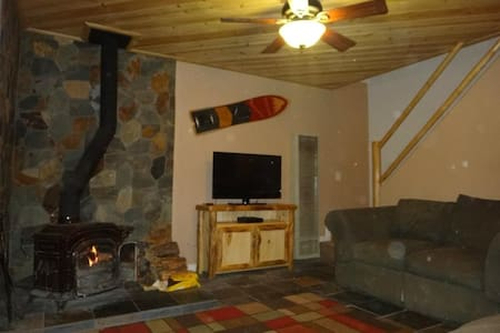 Big Bear Cabin with Spa 2 Bedroom Very Cozy + Wifi - Sugarloaf - Stuga