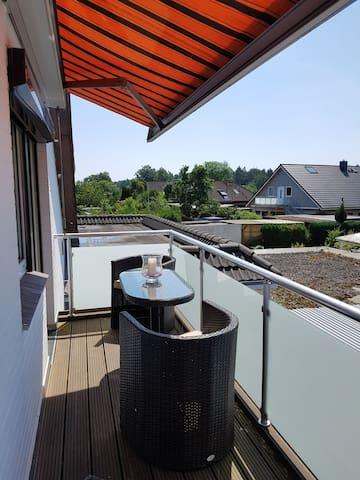 gemütlicher Balkon mit Markise