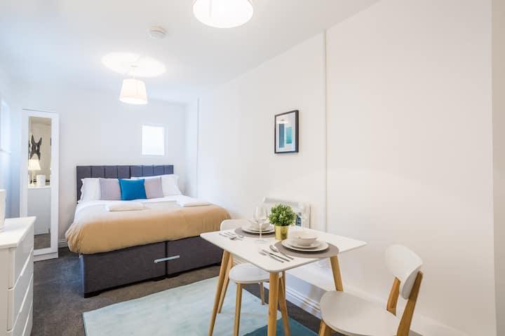 ✰ Modern Studio Apartment, Well Located, Sleeps 2