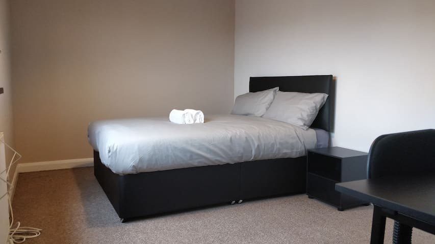 Spacious Double Room Near Meadowhall & Arena & M1