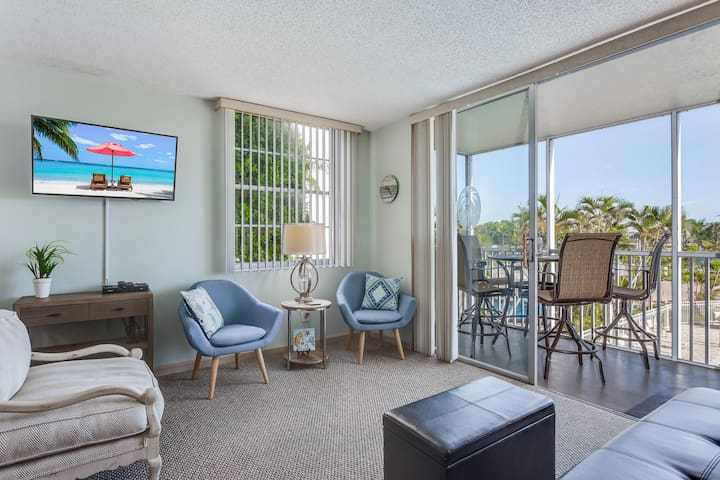 Waterfront condo w/ a shared pool, tennis courts, & shuffleboard