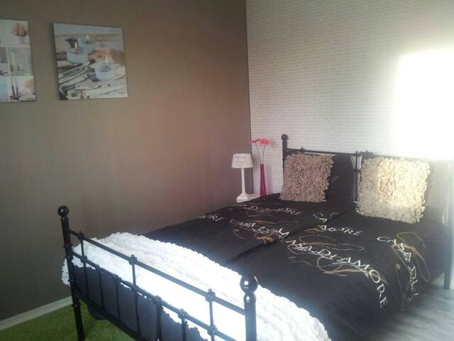 Nice room close to Airport & CAE - Hoofddorp - Dům