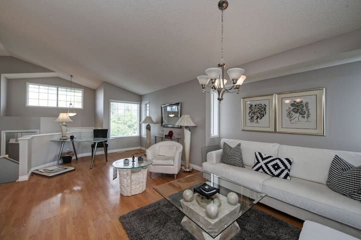 Citadel House (5 bedrooms and 3 full bathrooms) - Calgary - House