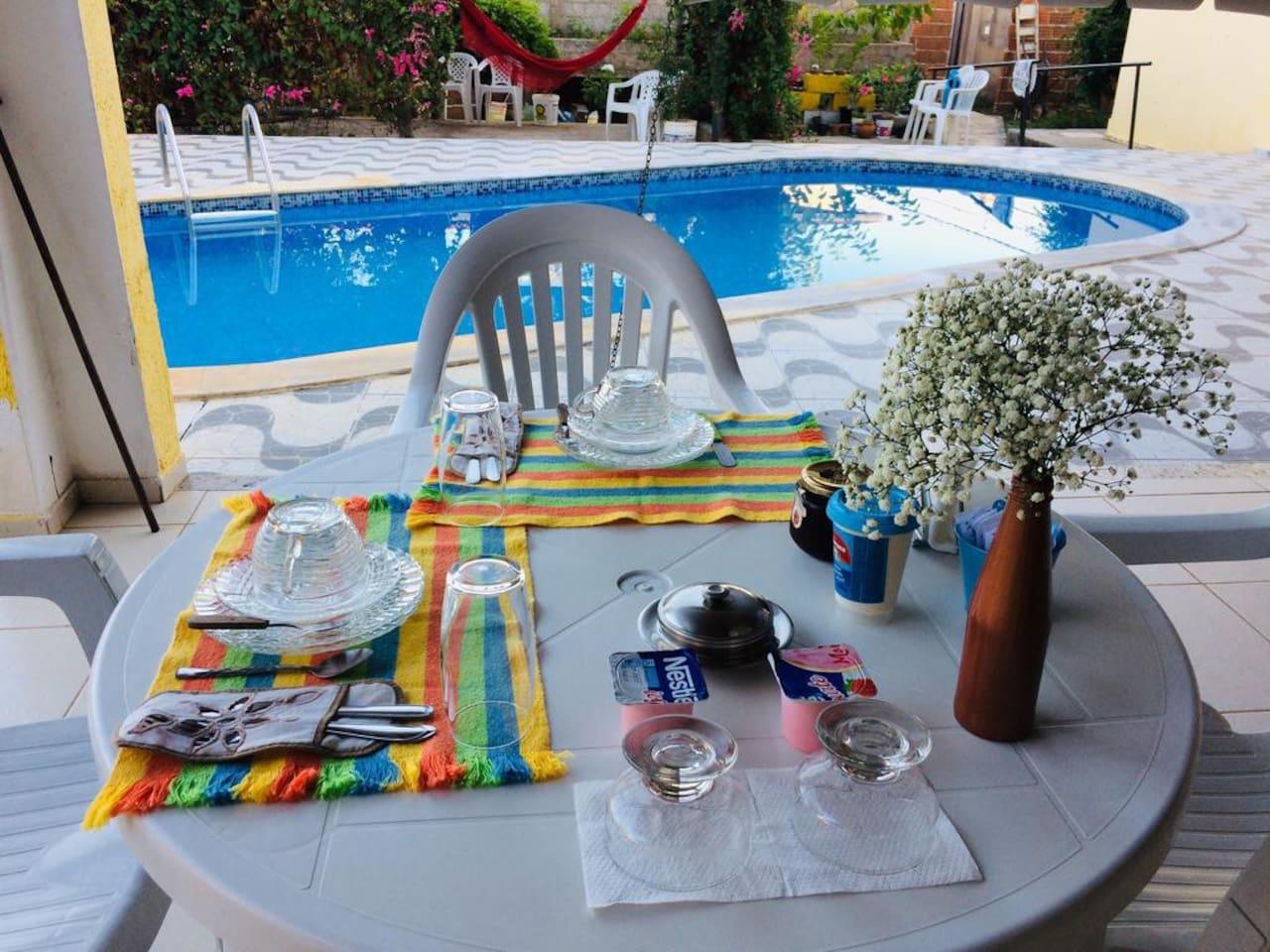 Hora do café da manhã! Oferecemos um delicioso café continental ao lado da piscina.