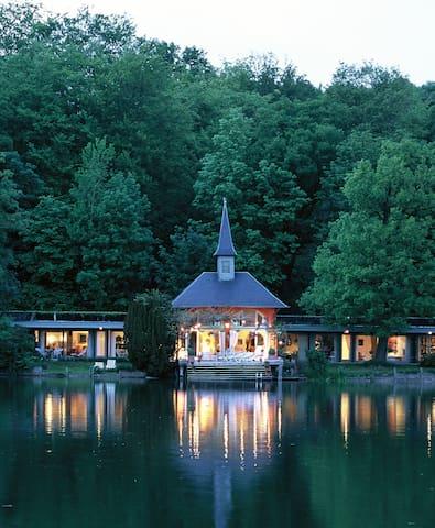 """Villa """"Guillaume Tell"""", au bord du lac de Genval."""