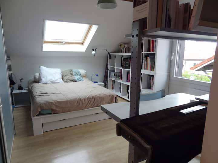 Grande chambre dans maison avec jardin