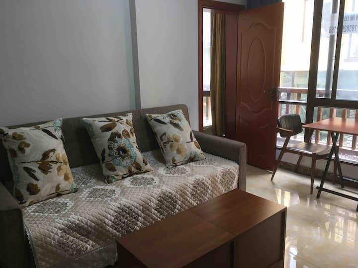 峨眉半山七里坪度假小房,电梯公寓, 双人床+单人床+多功能沙发, 单独厨卫,设备齐全,拎包入住。