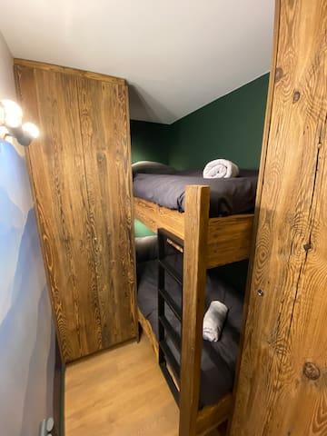 """Dans la seconde chambre dite """"cabine"""", des lits superposés de 80x190 peuvent accueillir adultes comme enfants."""