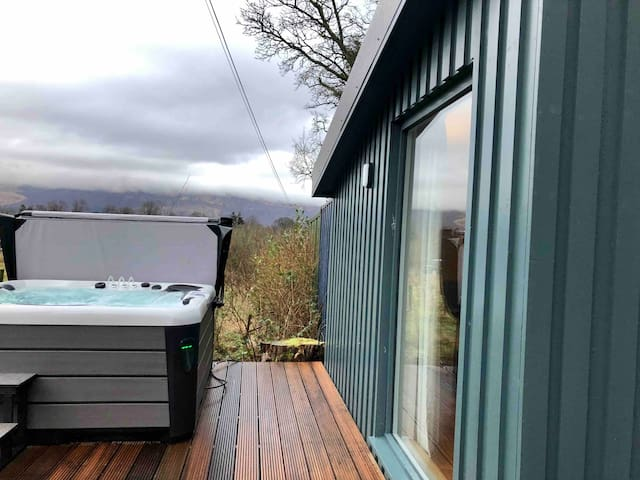 Darroch Garden Room #1 hot tub in Luss Loch Lomond