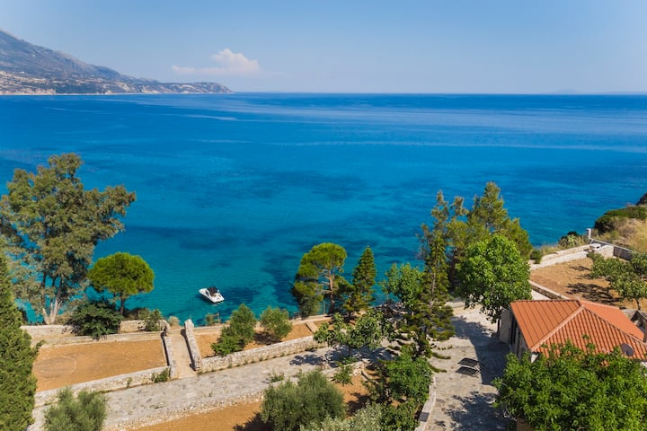 "Ploes Luxury Cottages ""Meliti"" overlooking the sea"