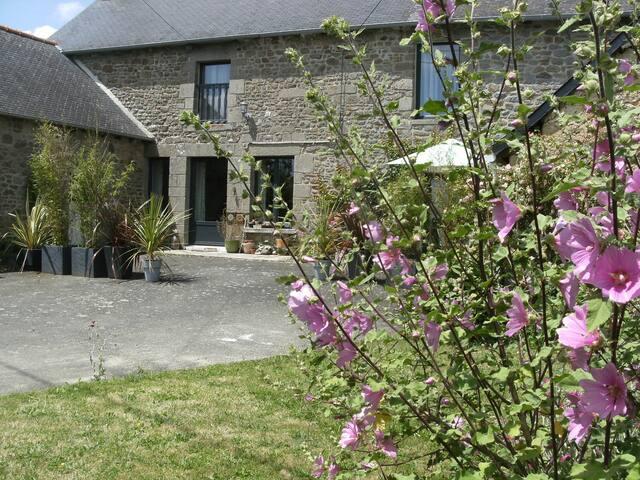 Chez Yves et LiLi, B&B, Côté jardin - Meillac - ที่พักพร้อมอาหารเช้า