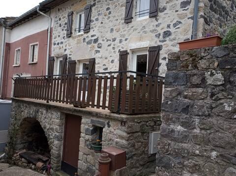 Maison en pierres au cœur d'un village Ardéchois