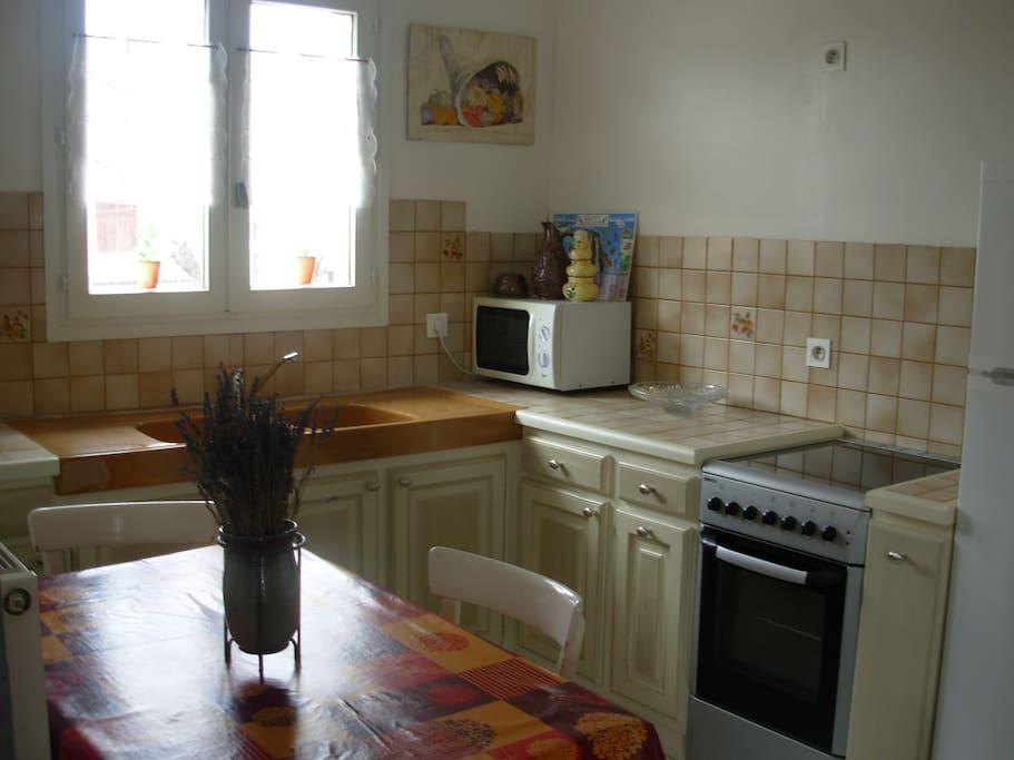 cuisine équipée, frigo-congélateur, cuisinière électrique, micro onde