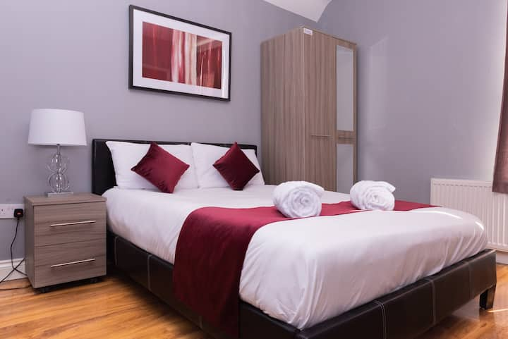 Private Double Room w/ FREE PARKING Netflix & WiFi
