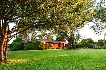 Brilliant C Acres Farmhouse; Master Suite - Mead - Huis
