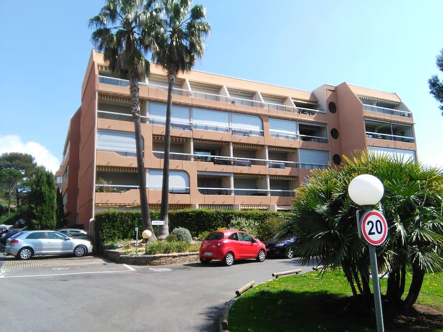 la résidence sécurisée (l'appartement est au dernier étage 2eme en partant de la gauche)
