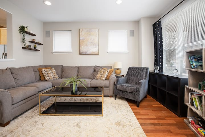 Tucked Away Townhome  ☆FREE Parking☆  Center City