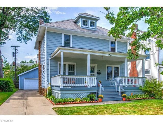 Cute colonial house with art work - Cleveland Heights - House