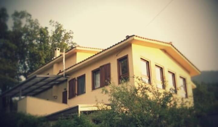 Μονοκατοικία με αυλή στους πρόποδες τοu Ορλιακα