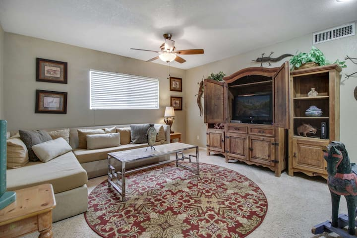 Pet friendly, Pool & BBQ Grill, Within a mile of Downtown Gilbert -This home is Great for families!