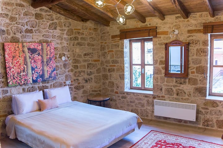 Spacious & central studio with fireplace in Veria