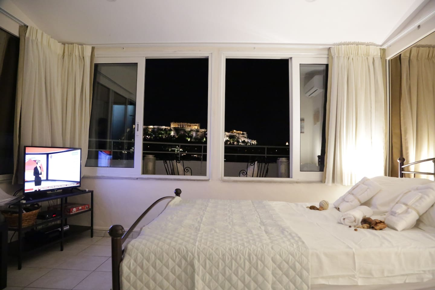 The main room has an amazing view of Akropolis, especially at night. You can relax and contemplate the Parthenon.