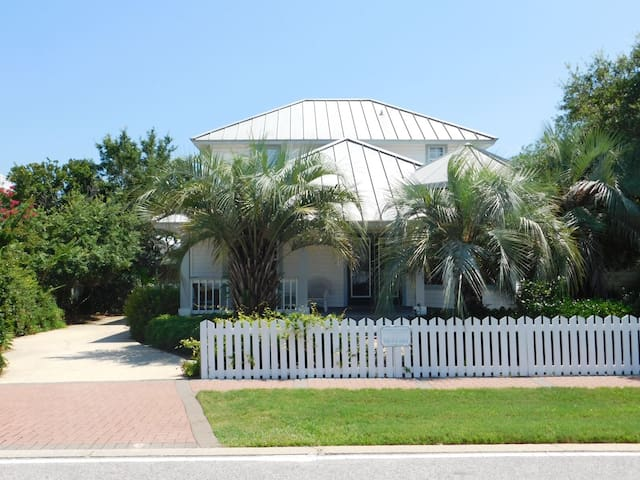 Crystal Cottage in Crystal Shores, just one Block to the Beach! Perfect Vacation Destination!!!