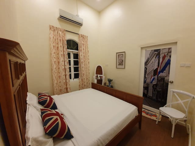 Bayswater room - A king-size bedroom with and attached bathroom