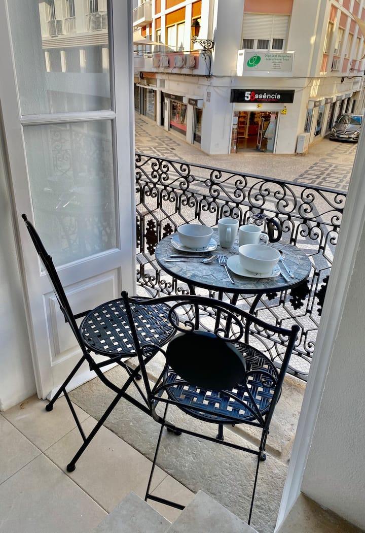 Sapphire Studio in Central Faro with Balcony