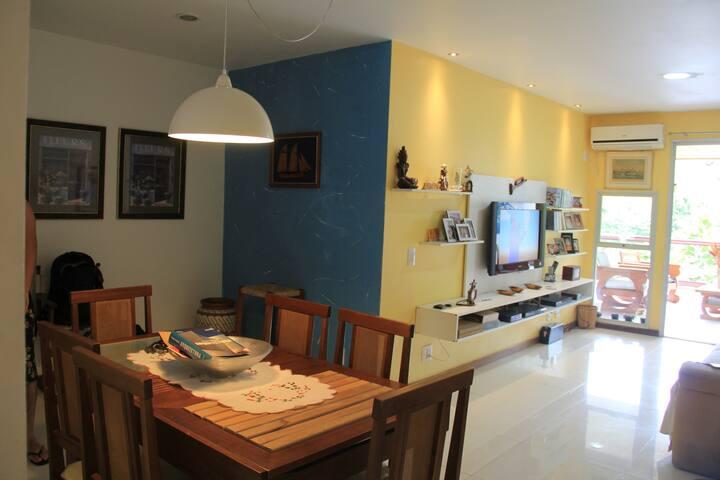 Sala de visitas ampla e bem mobiliada
