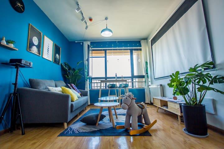 客厅的蓝色与窗外的碧海蓝天相呼应,冷淡而清新~