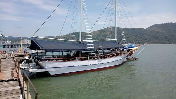 Barco de aluguel em paraty