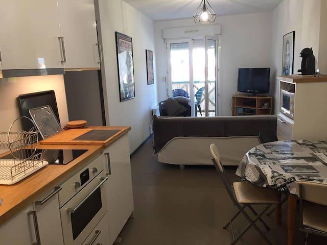 Cuisine et Salon - Accès Terrasse
