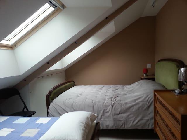 chambre sous combles avec un lit de 140, un lit de 80 (possibilité d'un couchage supplémentaire de 80)