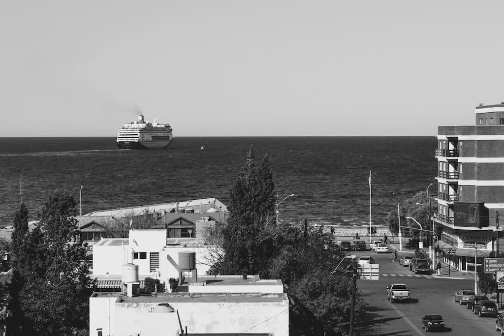 Vista desde el balcón hacia el mar, crucero que van hasta el polo sur