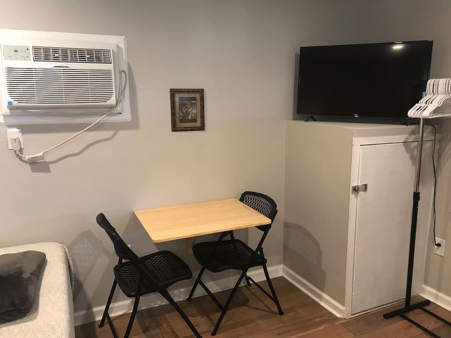 Desk/dining