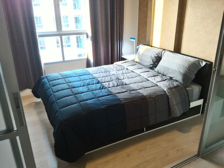 Comfortable medium-firmed bed with good quality of bedding and towels provided.